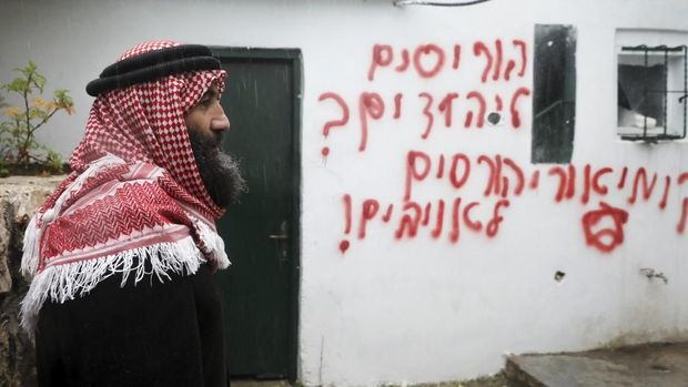 Pelaku aksi pembakaran juga meninggalkan coretan dalam bahasa Ibrani di tembok luar masjid di Beit Safafa, Yerusalem Timur ini