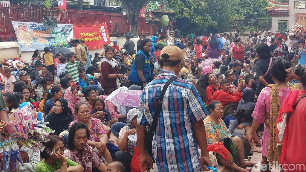 Warga dan Pengemis Antre di Vihara Dharma Bhakti Berharap Angpau