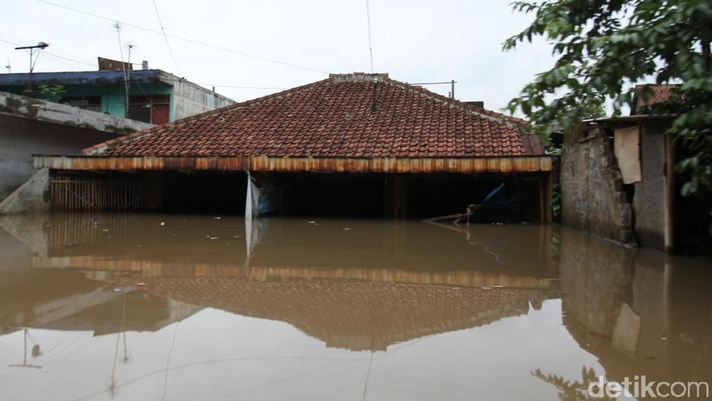 Banjir Dayeukolot Bandung Meluas, Rumah Warga Nyaris Tenggelam