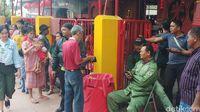 Warga dan Pengemis Antre di Vihara Dharma Bhakti Berharap Angpao