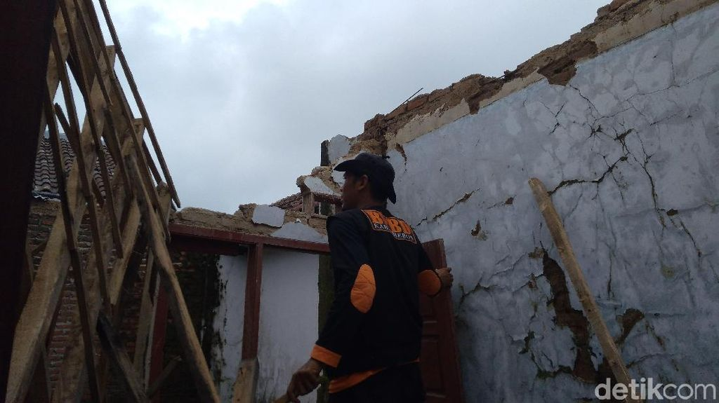 Diterjang Hujan Badai, Tiga Rumah di Kejuden Cirebon Ambruk