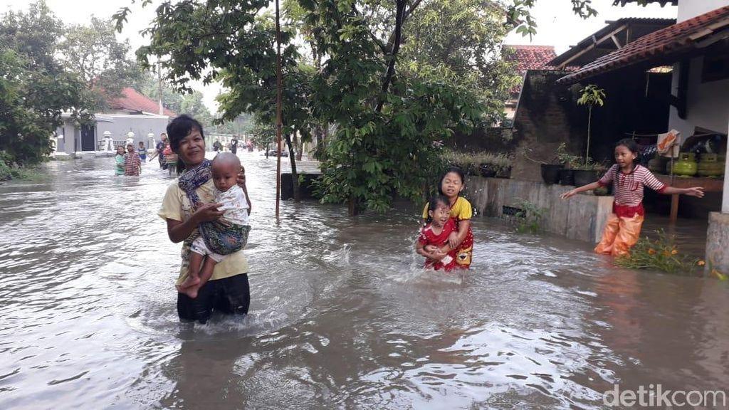 Banjir Juga Rendam Margadana Kota Tegal, Warga Diungsikan