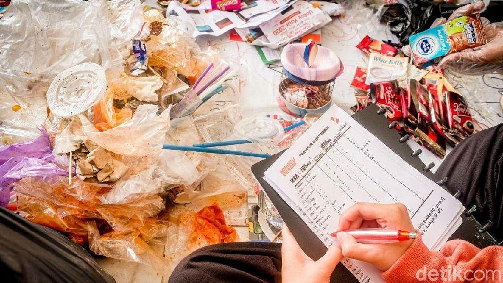 Plastik Bekas Cimol dan Cilok Dominasi Sampah di CFD Karangpawitan Karawang
