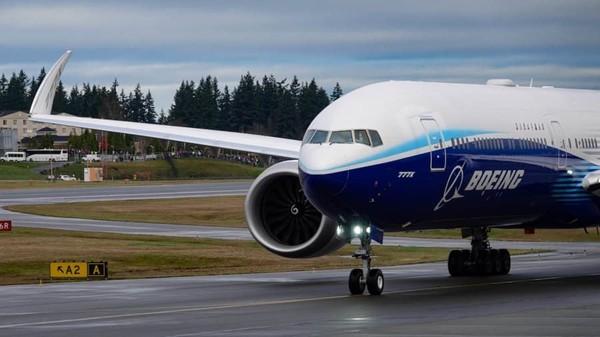 Setelah menunggu berhari-hari karena cuaca buruk, pesawat WH-001 keluar dari Paine Field, pabrik Boeing di Seattle, pada Sabtu pagi. Penerbangan uji coba telah ditunda dua kali dalam seminggu karena cuaca buruk (Foto: CNN)