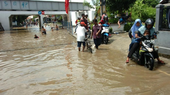 Wali Kota Tegal Dedy Yon Supriono (kiri) meninjau terowongan (underpass) yang terendam banjir di Kelurahan Kalinyamat, Tegal, Jawa Tengah, Minggu (26/1/2020). Banjir setinggi satu meter yang merendam underpass penghubung pemukiman warga ke jalur Pantura itu mengganggu aktivitas warga. ANTARA FOTO/Oky Lukmansyah/wsj.