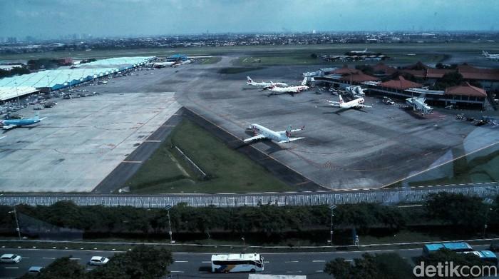 Menhub Budi Karya memantau pergerakan pesawat di runway 3 Bandara Soekarno-Hatta (Soetta). Runway ini diresmikan oleh Jokowi pada Kamis (23/1) lalu.