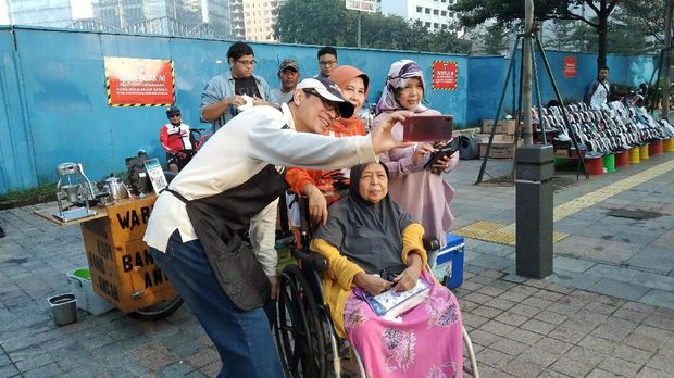 Nurmansyah berswafoto dengan warga Jakarta.