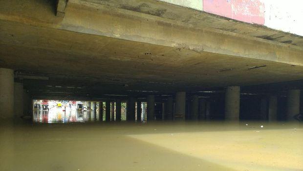 Banjir di underpass Kemayoran mulai surut.