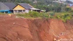 Rumah Warga yang Dekat Proyek Tol Cisumdawu Terancam Longsor