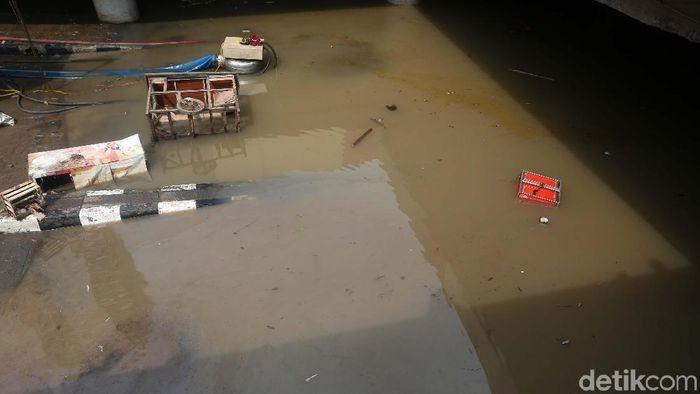 Banjir yang merendam underpass Kemayoran, Jakarta, belum juga surut. Begini kondisinya.