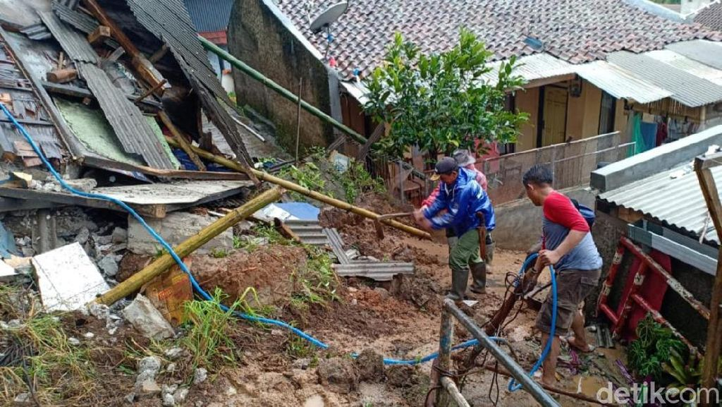 Bahayakan Dua Rumah Penduduk, Kios Ponsel di Lembang Dirobohkan