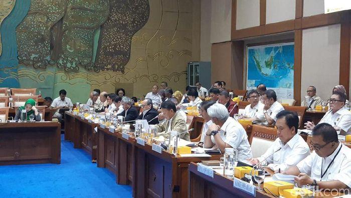 Menteri ESDM Arifin Tasrif rapat kerja di Komisi VII DPR