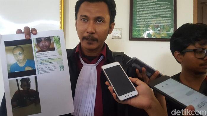 Ariyanto si Pendemo, keluarga dan pengacaranya. (Zunita/detikcom)