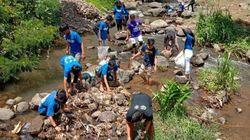 Cegah Banjir, Komunitas dan Suporter Bola Bersihkan Sungai di Ciamis