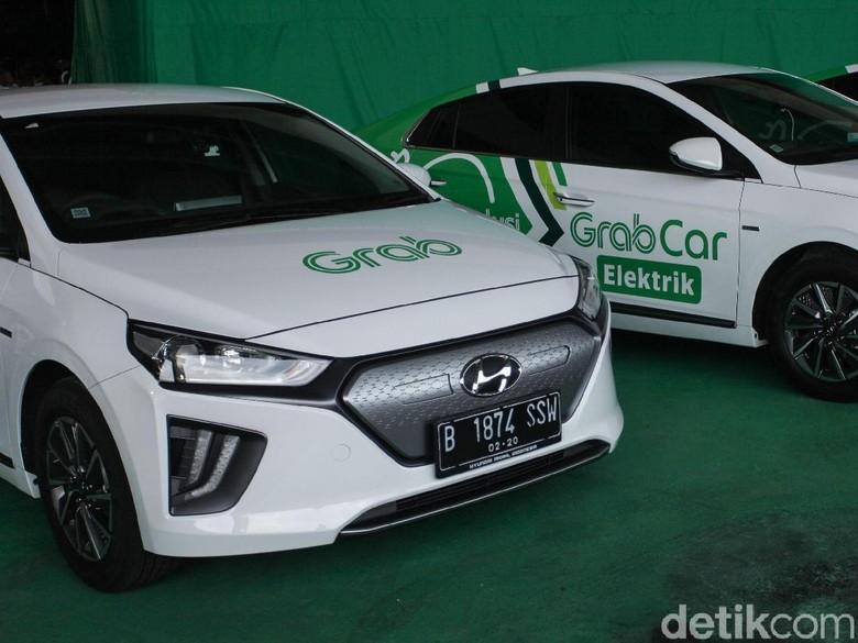 Menteri Perhubungan Budi Karya Sumadi menjadi salah satu orang pertama di Indonesia yang menjajal mobil listrik Hyundai IONIQ. Yuk, intip foto-fotonya.