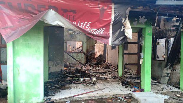 Kebakaran di Jaksel Jadi Tontonan, Warga Berkerumun hingga Pinggir Rel