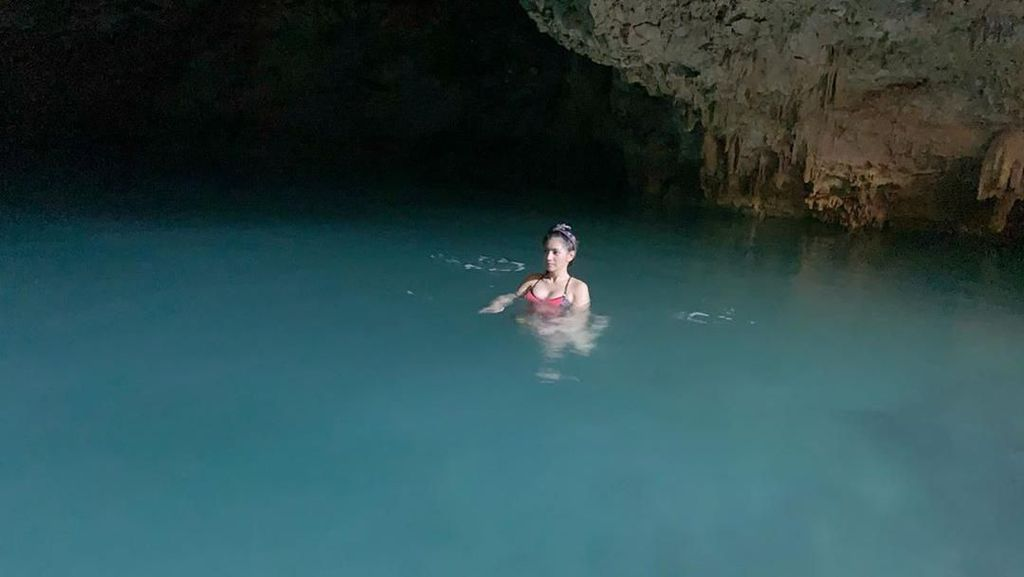 Foto: Liburannya Si Cantik Angel Karamoy di Labuan Bajo