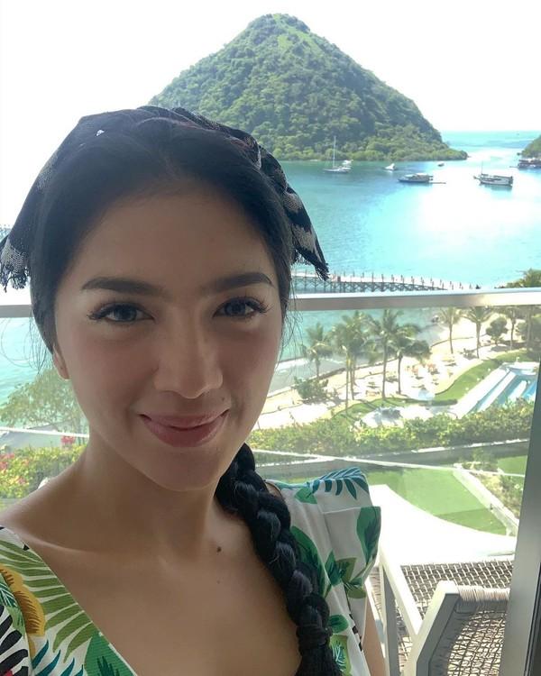 Dia begitu terpukau dengan panorama indah Labuan Bajo yang memiliki deretan pantai eksotis dan pulau-pulau kecil (Instagram/realangelkaramoy)