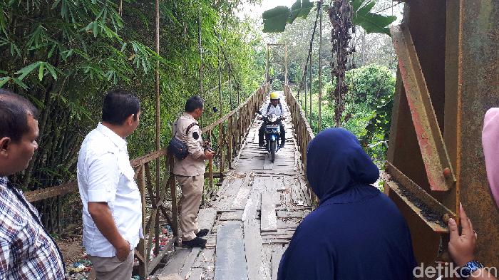 Haris Fadhil-detikcom/  Wakil Ketua DPRD Kota Medan dari Fraksi Gerindra Ihwan Ritonga mengecek jembatan lapuk di Medan Maimun