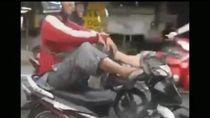 Pemotor yang Viral Nyetir Pakai Kaki di Yogya Akhirnya Ditilang!