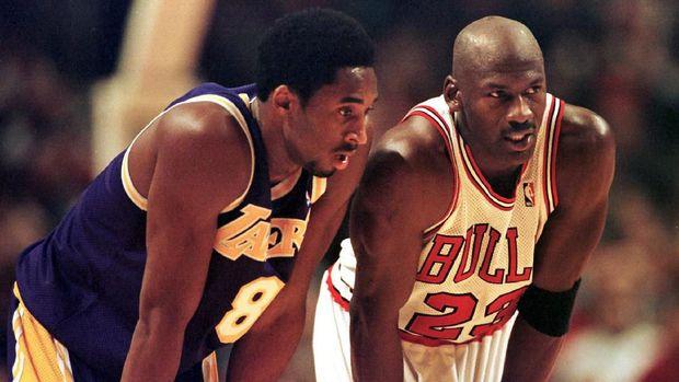 Michael Jordan saat bertanding melawan mendiang Kobe Bryant. (