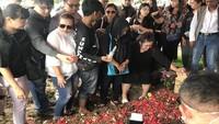 Indahnya Toleransi Beragama di Pemakaman Johny Indo