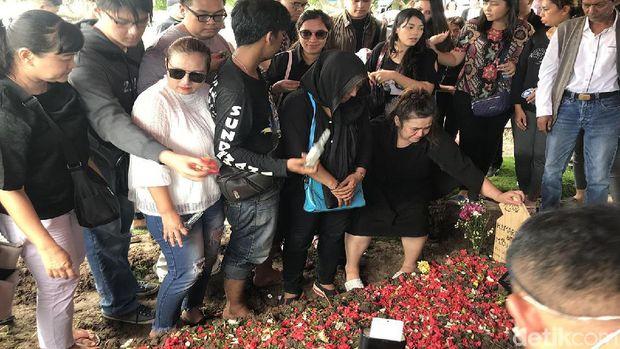 Di Pemakaman, Putri Johny Indo Bela MeMiles: Itu Advertising Online