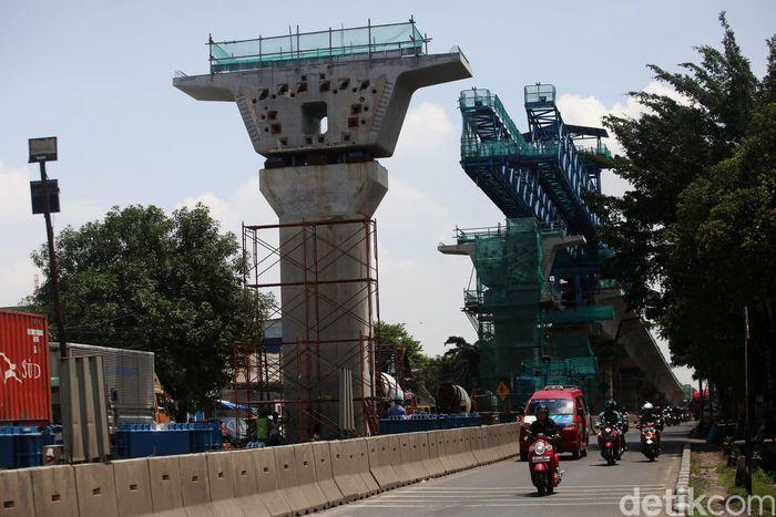 Pekerja hingga alat berat terus bekerja merampungkan proyek Tol Pulo Gebang-Kelapa Gading.