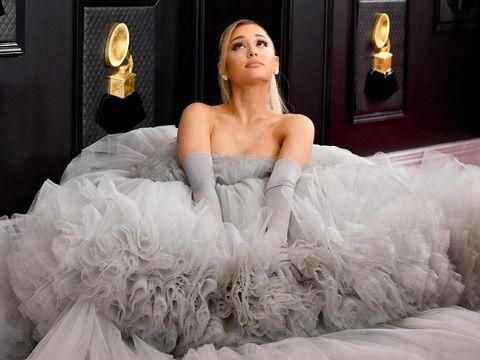 Ariana Grande Tampil dengan Baju Bervolume Besar di Grammy Awards 2020