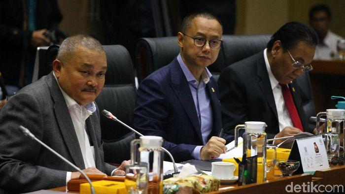 Komisi VII DPR RI menggelar rapat kerja bersama Menteri ESDM Arifin Tasrif. Salah satu hal yang dibahas dalam rapat ituadalah wacana kenaikan harga elpiji 3 kg.