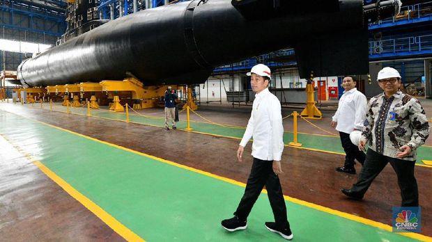 Presiden Jokowi meninjau galangan kapal perang PT PAL di Pelabuhan Tanjung Perak, Surabaya. (Dok Agus Suparto)