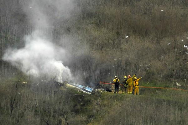 Helikopter Kobe Bryant terjatuh di kawasan Calabasas, California, Amerika Serikat, Minggu (26/1/2020) waktu setempat. Total ada 9 penumpang tewas, termasuk Kobe Bryant dan putrinya, Gianna Bryant (AP Photo/Mark J. Terrill)