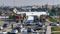 Tergelincir Saat Akan Mendarat, Pesawat Maskapai Iran Berhenti di Jalan Raya