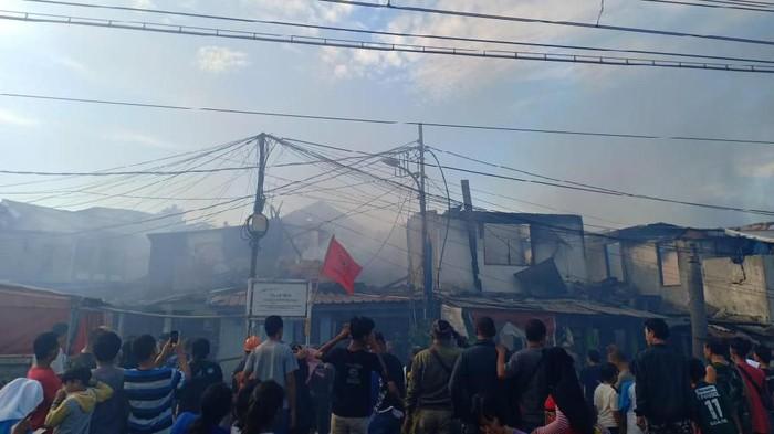 Sudah 1 Jam, Api di Permukiman Peninggaran Timur Jaksel Belum Padam