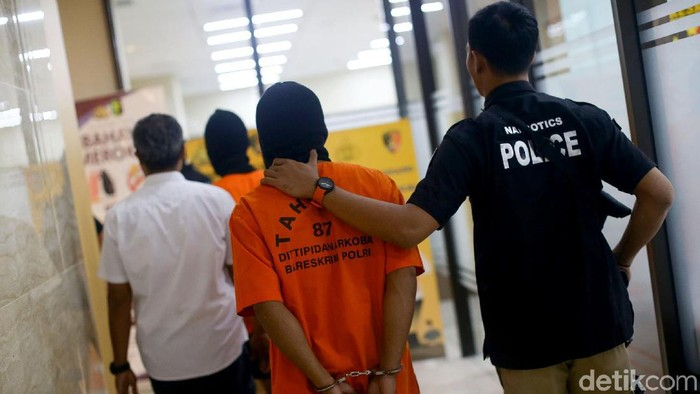 Polisi berhasil mengungkap penjualan ganja secara online. Atas perbuatannya pelaku terancam hukuman mati dan denda maksimal Rp 10 miliar.