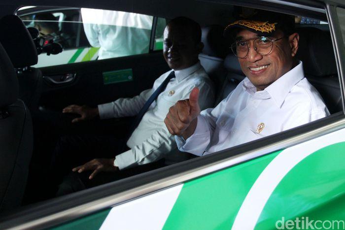Budi mencoba sedan ramah lingkungan itu di sela-sela peluncuran layanan GrabCar Elektrik di Terminal 3, Bandara Soekarno-Hatta, Tangerang, Senin (27/1/2020).