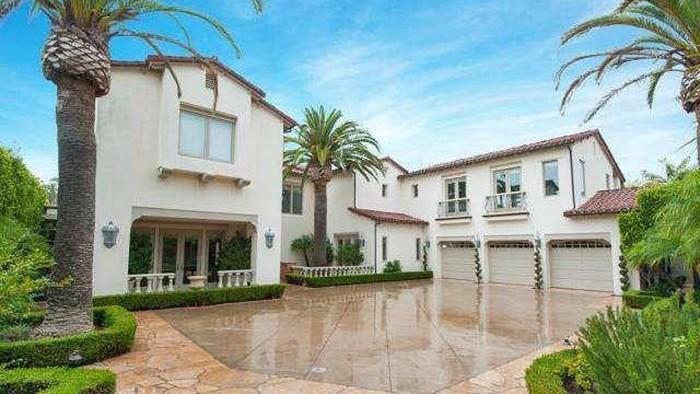 Legenda NBA Kobe Bryant tewas dalam kecelakaan helikopter. Selaku olahragawan dan penggiat bisnis, Bryant pernah punya rumah yang sangat indah nan mahal di LA.