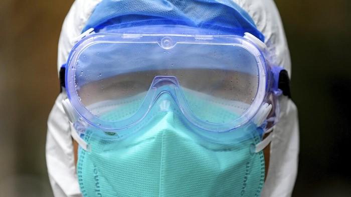 Virus corona yang menyebar di wilayah Wuhan, China, membuat sejumlah warganya terjangkit dan harus dievakuasi ke rumah sakit. Tim medis pun bantu evakuasi warga