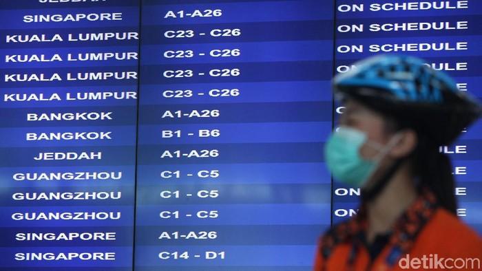 Sejumlah warga ramai-ramai menggunakan masker di Terminal 3, Bandara Soekarno Hatta, Tangerang. Hal itu dilakukan untuk antisipasi virus corona.