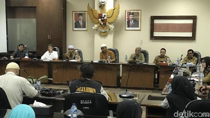 Forum Masyarakat Minangkabau meminta DPRD Sumbar menegur Gubernur Irwan Prayitno yang menyambut turis China (Jeka Kampai/detikcom)