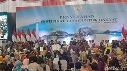 Bagikan 2.020 Sertifikat Tanah di Gresik, Jokowi Bicara soal Konflik Lahan