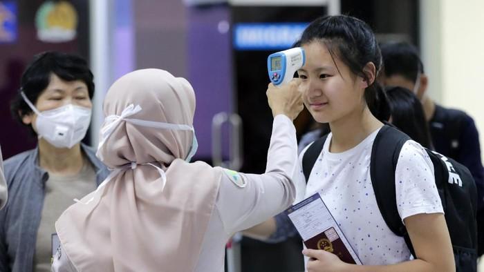 Wabah virus corona telah memakan 80 orang korban tewas. Indonesia mengantisipasi masuknya virus corona dengan pemeriksaan penumpang di sejumlah bandara.