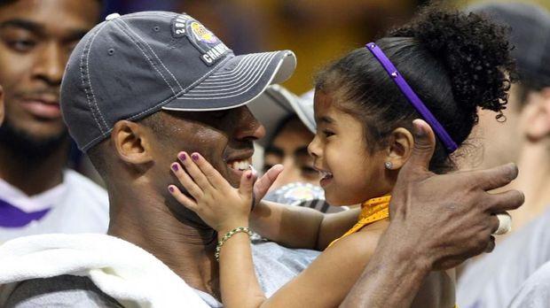 Kobe Bryant dan Gianna meninggal dunia dalam kecelakaan helikopter.