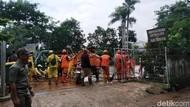 Banjir di Pondok Labu Jaksel Surut, Warga Bersih-bersih Rumah