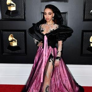 10 Selebriti Berbusana Terburuk di Grammy Awards 2020