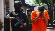 Dua Pengedar Ekstasi Digiring Polisi Bersenjata di Polda Metro Jaya