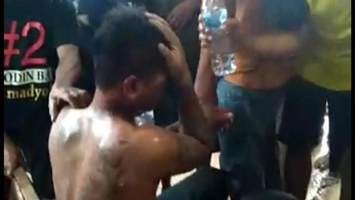 Seorang pria dihajar massa di dekat Pasar Depok Solo karena diduga akan menculik bocah, Minggu (26/1/2020).