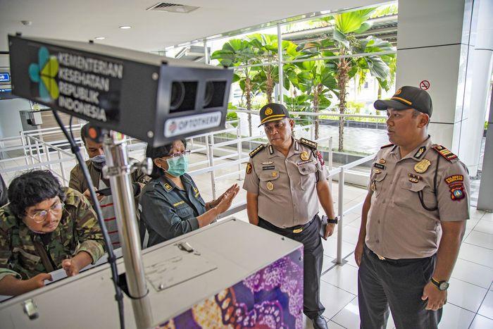 Personel Biddokes Polda Kepri bersama petugas Kantor Kesehatan Pelabuhan (KKP) melakukan pengecekan thermoscan di terminal kedatangan Pelabuhan Internasional Sekupang, Batam, Kepulauan Riau, Senin (27/1/2020). ANTARA FOTO/M N Kanwa.