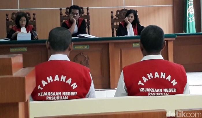 Sidang kasus ambruknya SDN Gentong digelar di Ruang Sidang Cakra, Pengadilan Negeri (PN) Pasuruan. Dua terdakwa hadir tanpa didampingi penasehat hukum.