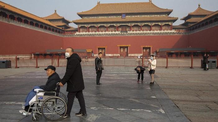 Pemerintah China menutup sejumlah objek wisata akibat penyebaran virus corona. Meski begitu, sejumlah wisatawan tetap berkunjung ke objek wisata di sana.